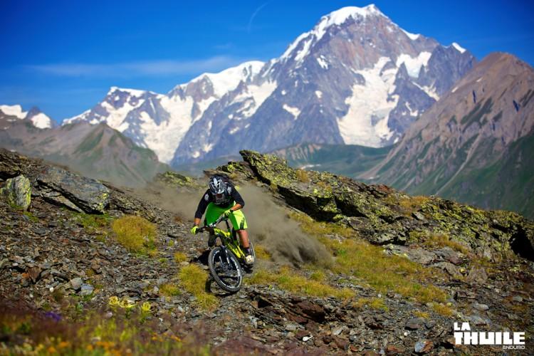 Sven Marin alza un po' di polvere. Sullo sfondo il Monte Bianco