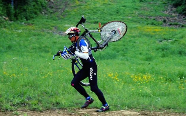 John Tomac a Mont Sainte Anne nel 1994, raggiungeva il traguardo correndo a piedi in seguito alla rottura della Tioga Disk Drive