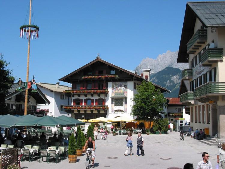 Sommer - St. Johann Hauptplatz (c) Archiv TVB Kitzbüheler Alpen