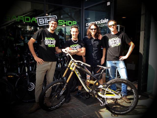 Walter (secondo da sx) insieme alla crew del Garda Bike Shop, dove lavora