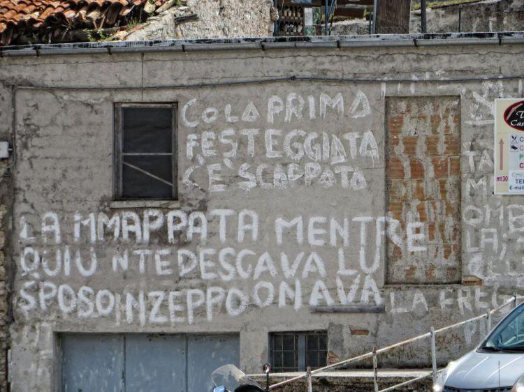 vecchie storie paesane scritte sui muri