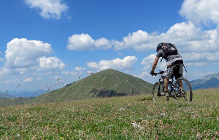 La dorsale Umbro-Marchigiana e sullo sfondo il Monte Cardosa
