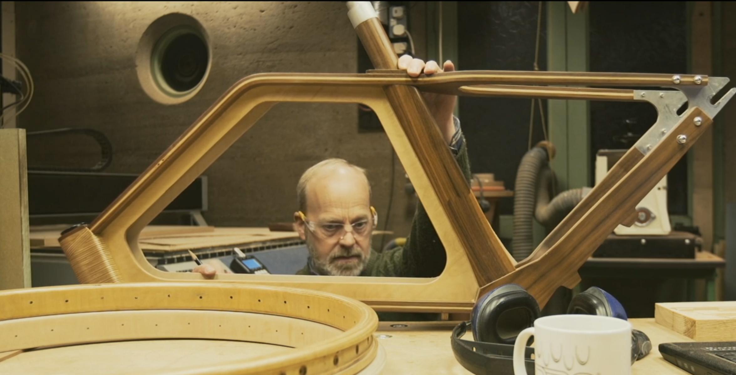 Video la magia di costruire una bici in legno mtb mag com for Costruire una semplice capanna di legno