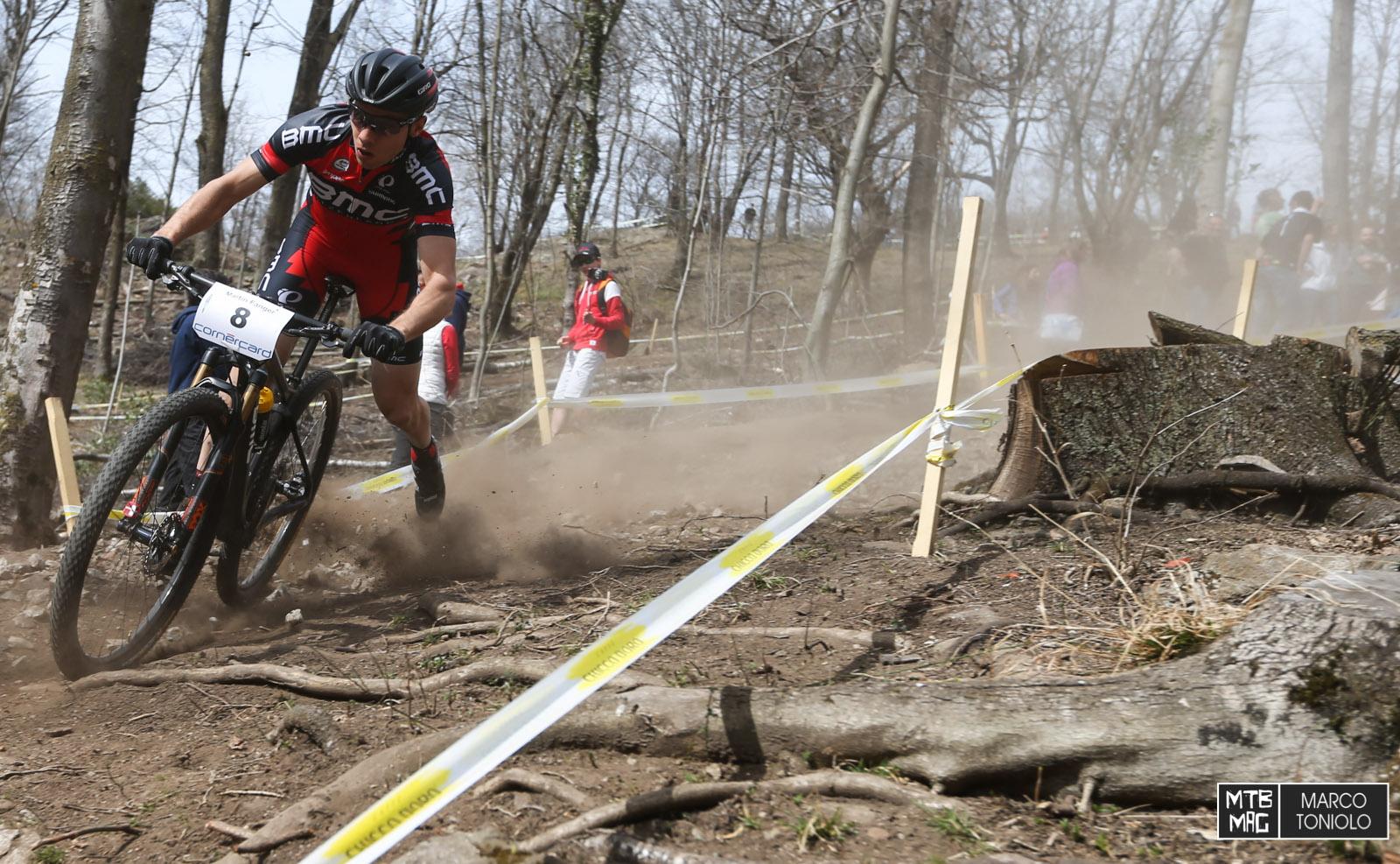 Martin Fanger del BMC MTB Team in equilibrio precario su un ripidone.