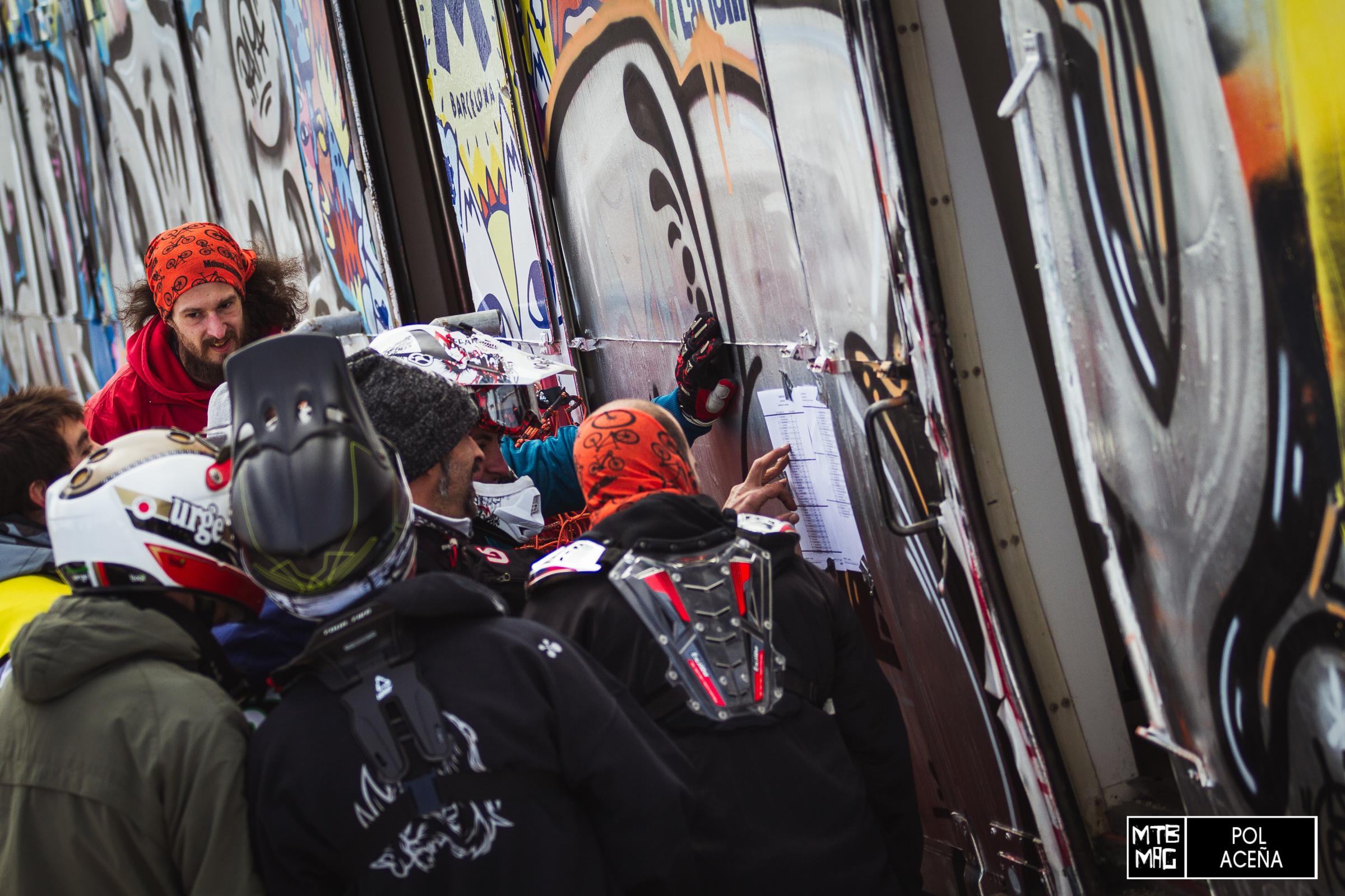 Los riders buscan sus tiempos en las listas que colgaron en un vagón de tren que se encuentra en medio de la montaña, al final de las pistas de ski, grafiteado de principio a fin, y que se usó como oficina y centro de control de la prueba.