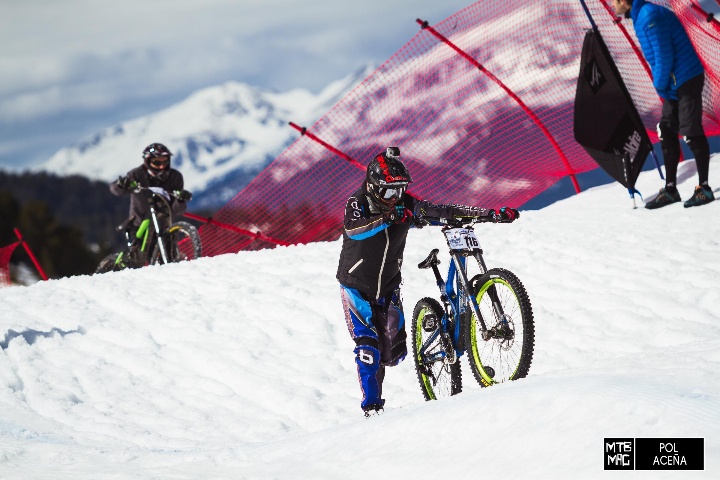 Ferran Jorba (Intense-Go Pro) arrastrando su bici por el circuito ante la imposibilidad de continuar pedaleando con tanta nieve.