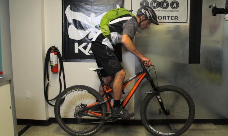 Come regolare il sag su di una bici AM-enduro. Notare che il sag viene regolato in assetto di pedata (con tanto di zaino e casco in testa), con il rider in piedi e con braccia e gambe leggermente flesse
