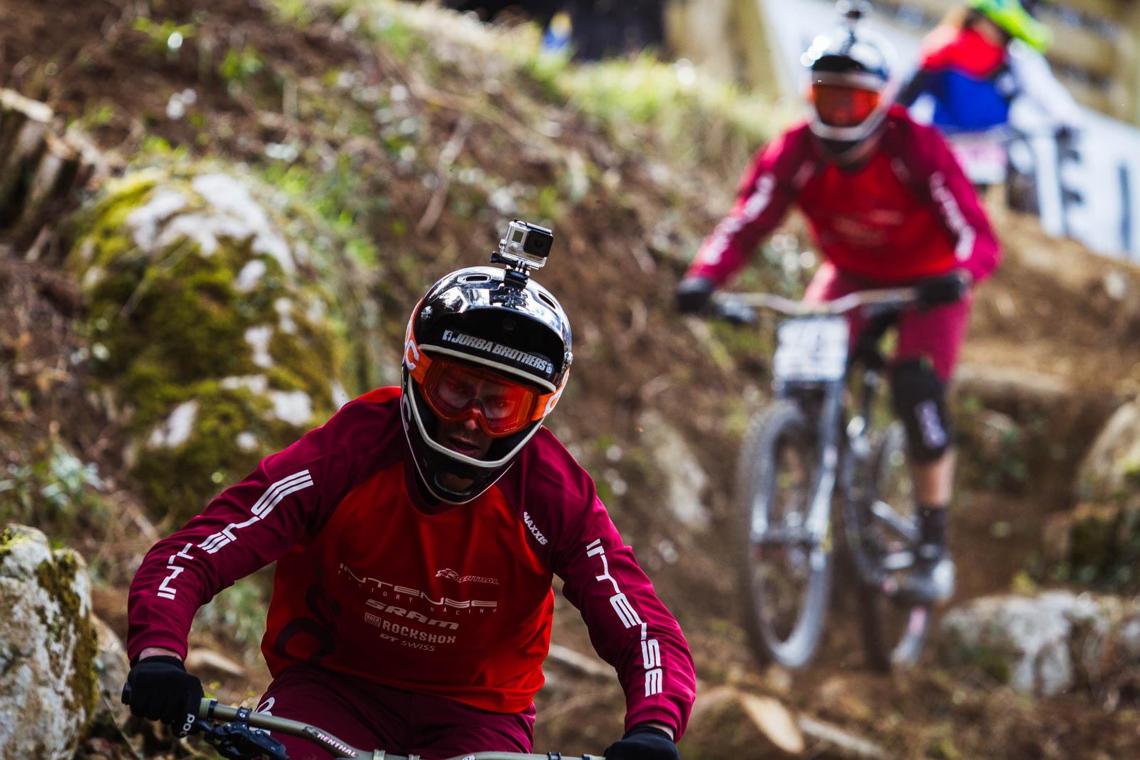 Ferran Jorba seguido de su compañero de equipo Bernat Guardia, trazando por encima de las rocas de Lourdes.