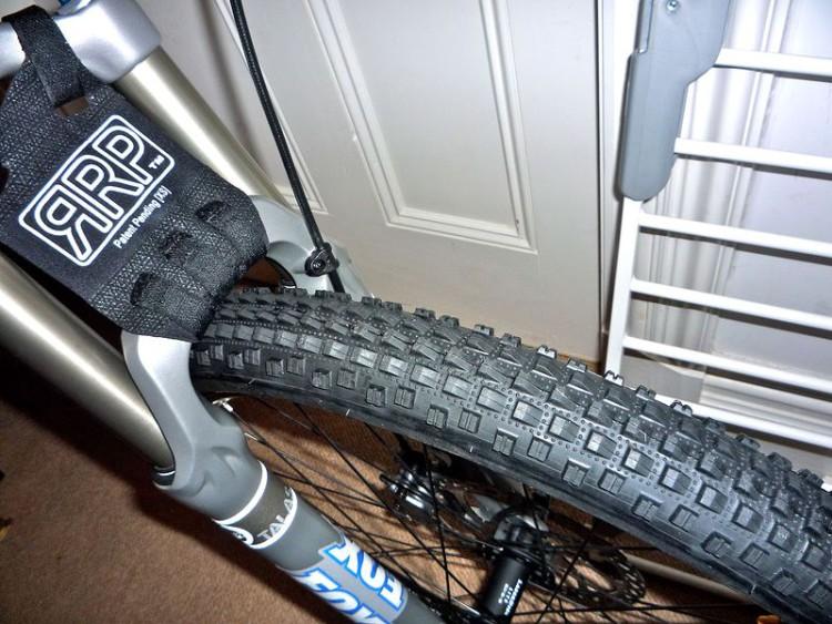 A meno di non girare sulla terra battuta, non ha senso mettere una gomma come questa su di una bici da enduro. La bici non salirà certo come una XC ed in discesa sarà invece molto limitata.