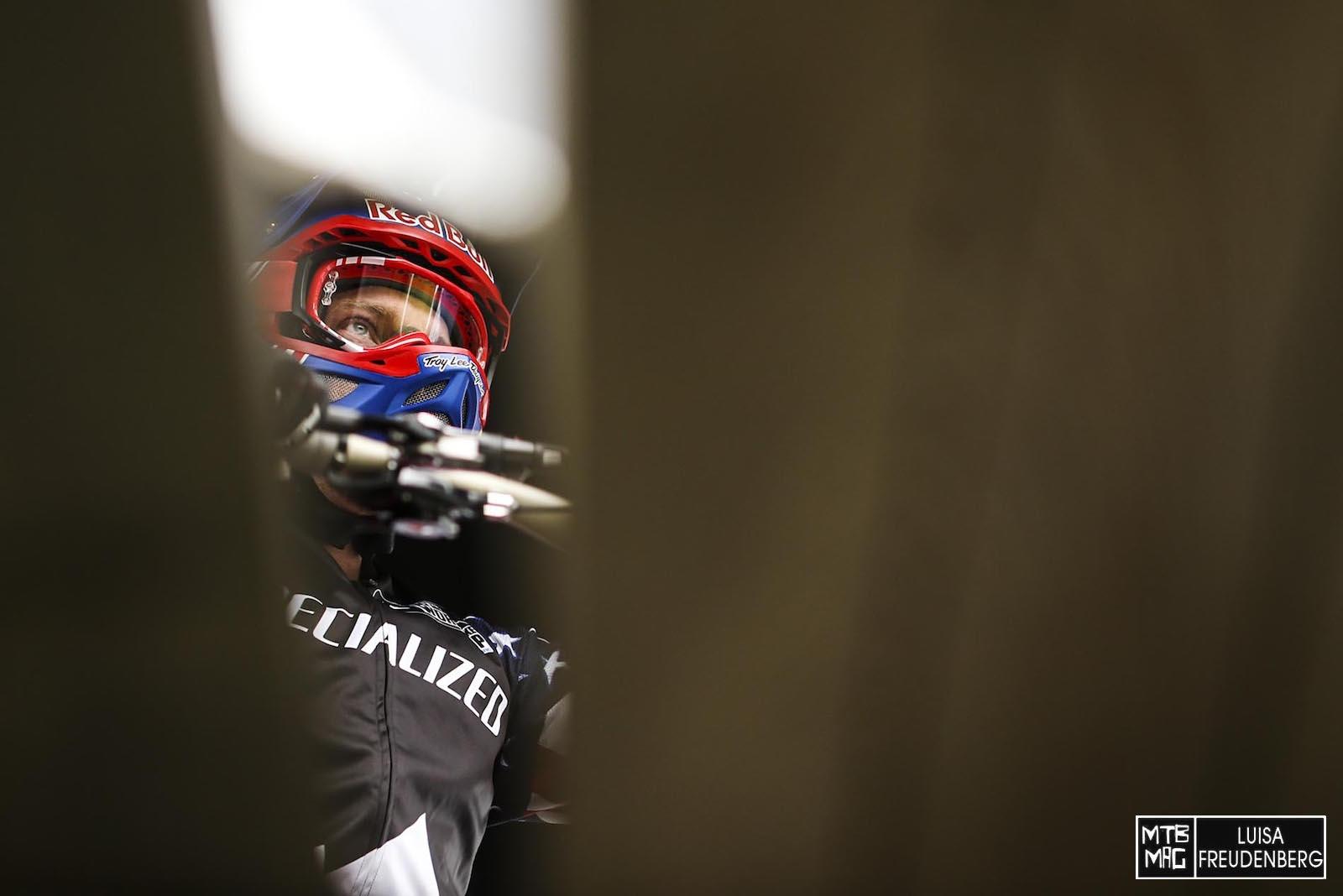 It's all about beeing focused- Aaron Gwin Sekunden vor seinem Start, Sekunden bevor ihm die Kette reißt und Minuten bevor er den Weltcup gewinnt.
