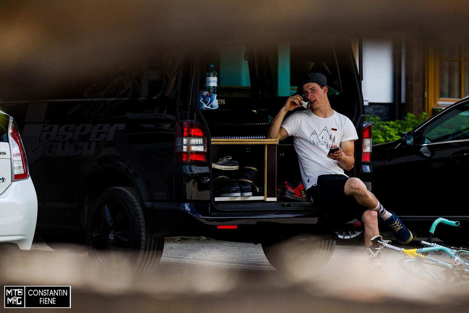 Überlebenskünstler und Lifestyle- Sportler Jasper Jauch zeigt sich gut gelaunt am Ende des Tages.