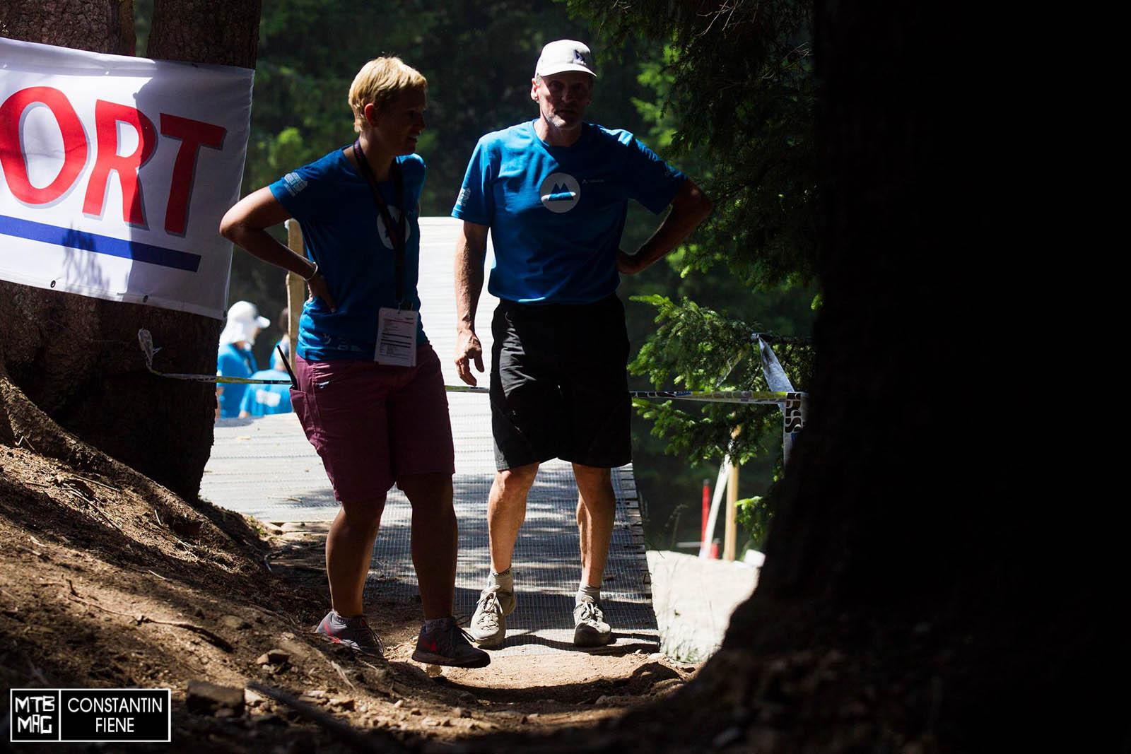 Aus dem gestrigen Vorfall mit Rachel Atherton haben die Schweizer gelernt. Während der Pausen wurde das Road- Gap gesperrt und bewacht.