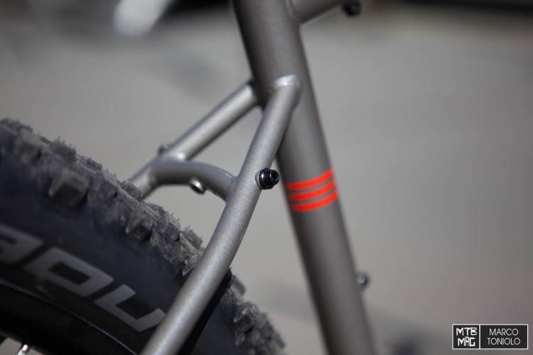 È una bici da backpacking, su cui è possibile montare i portapacchi.