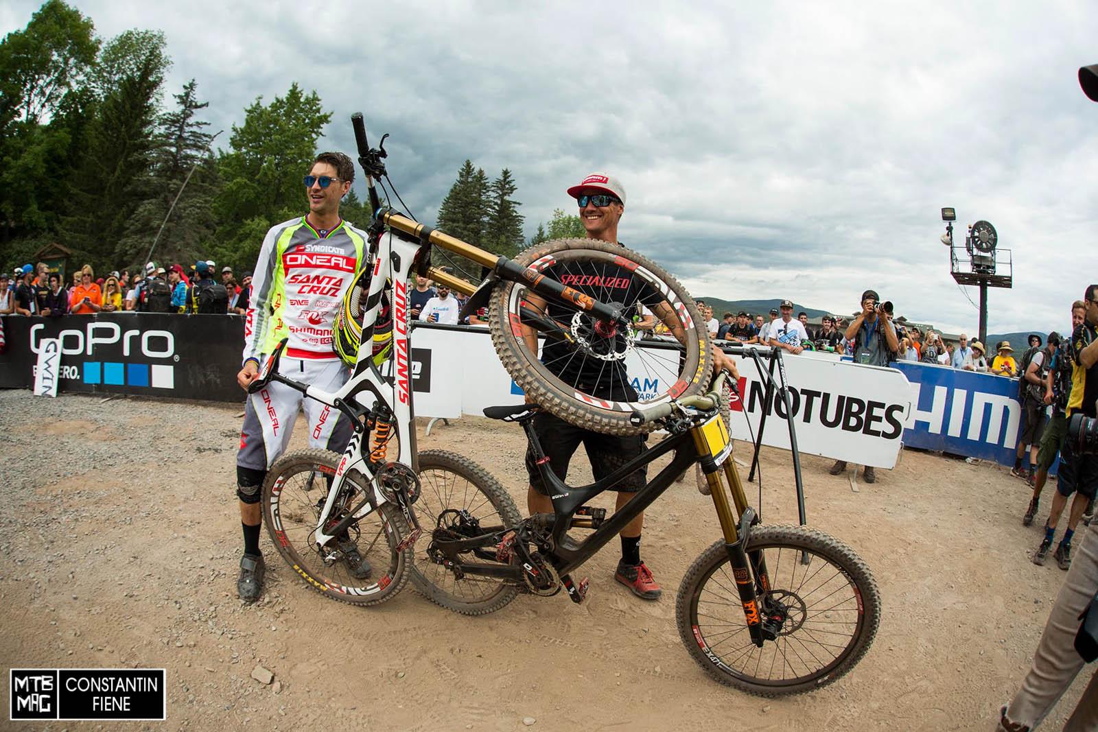 Bad- Boi Greg Minnaar stelt hier kurz klar, wer welches Rad fährt.