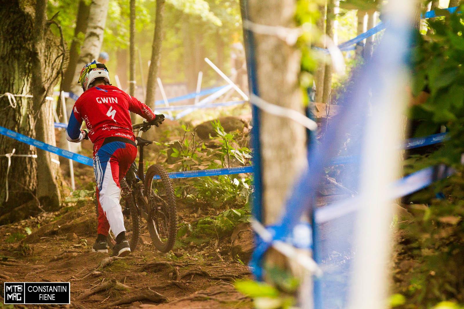 Aaron Gwin nutzt die letzte Abfahrt des Tages, um noch ein, zwei Sektionen genauer unter die Lupe nehmen zu können.