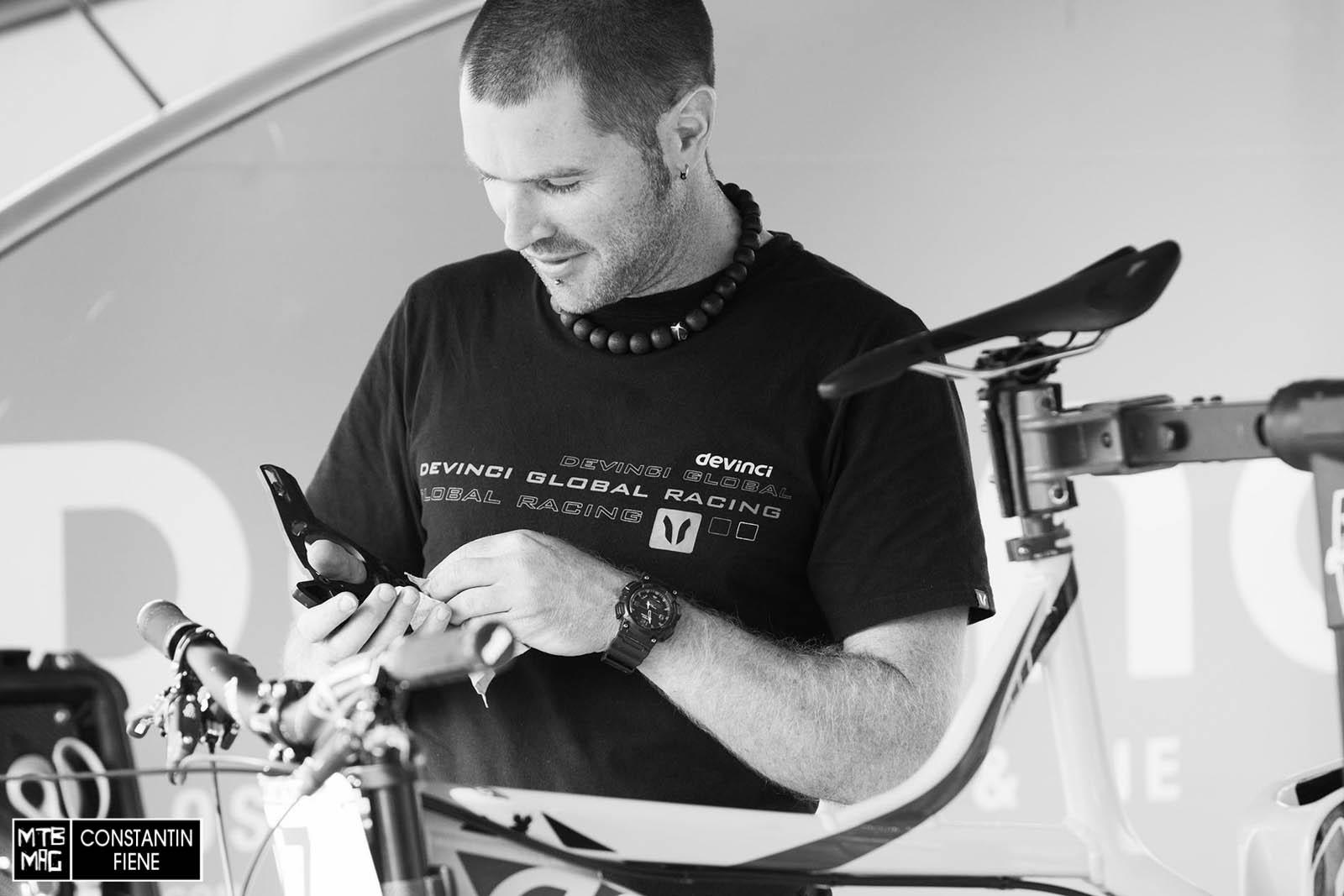 Stevie Smith Mechaniker Nigel säubert mit einer Menge Herzblut jedes Detail - auch die Kettenführung.