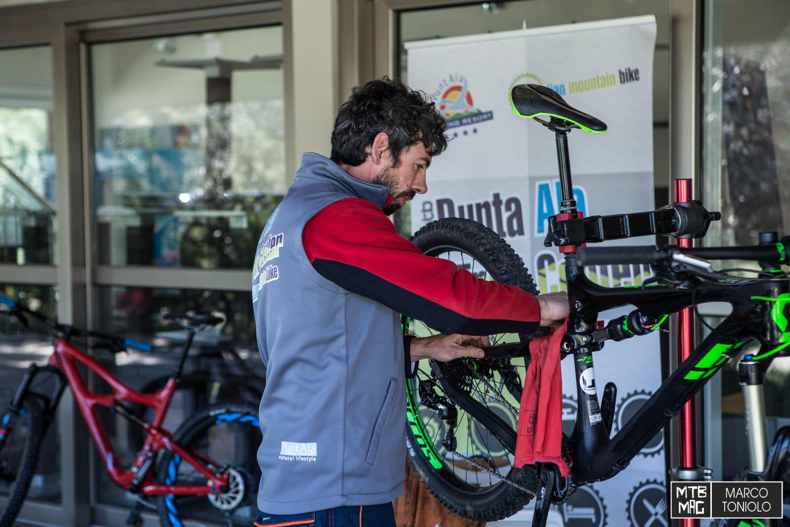 Davide Brugnoli si è occupato della cura delle bici. Lavora come meccanico nel Punta Ala Trail Center, in espansione nel 2016.
