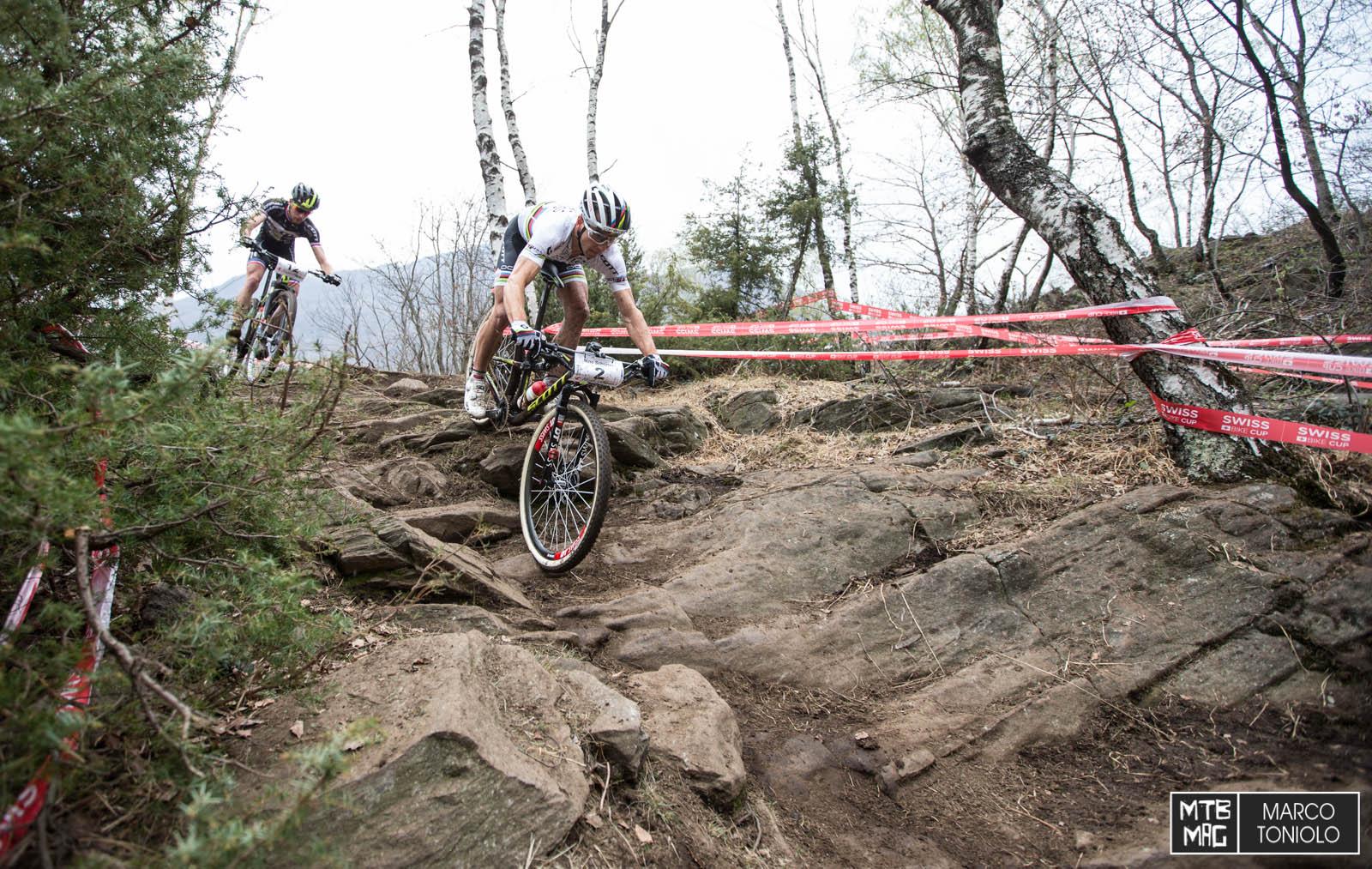 Per i primi 3 giri Schurter e il compagno Van Der Hejijden di squadra sono stati rispettivamente al primo e al secondo posto. Notare il passaggio...