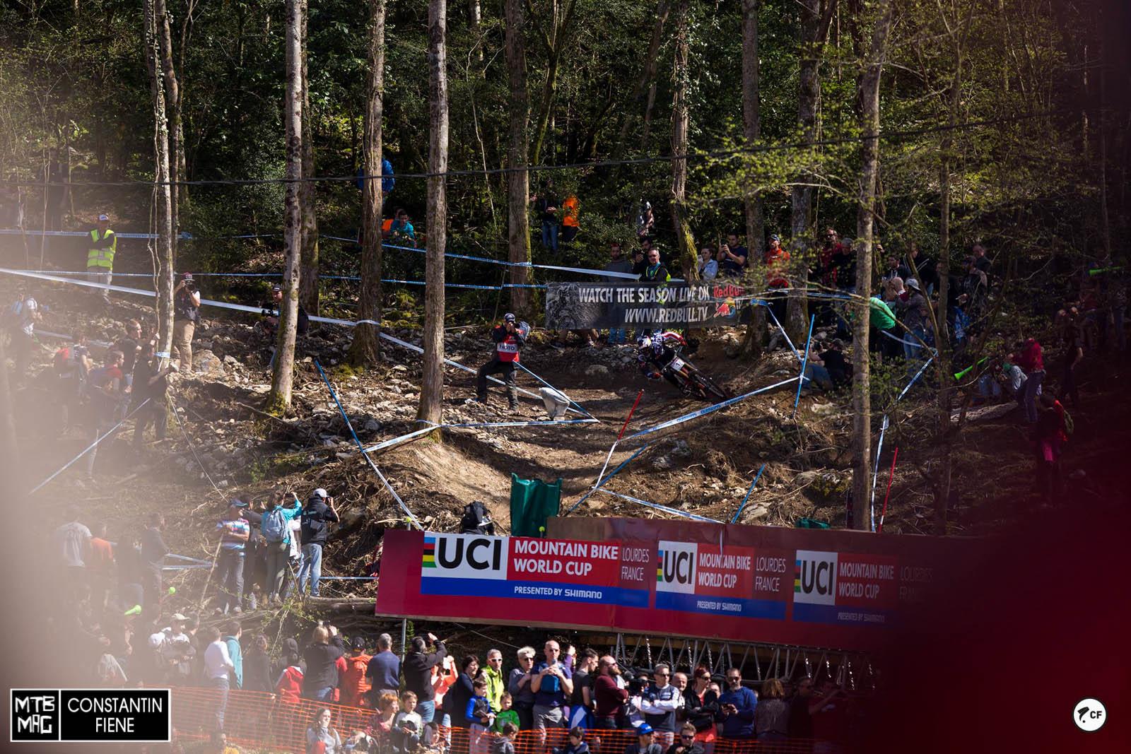 Aaron Gwin hat heute Gas gegeben, vor dieser Kurve jedoch ein Hauch mehr gebremst als Radsport- Kollege Loic Bruni.