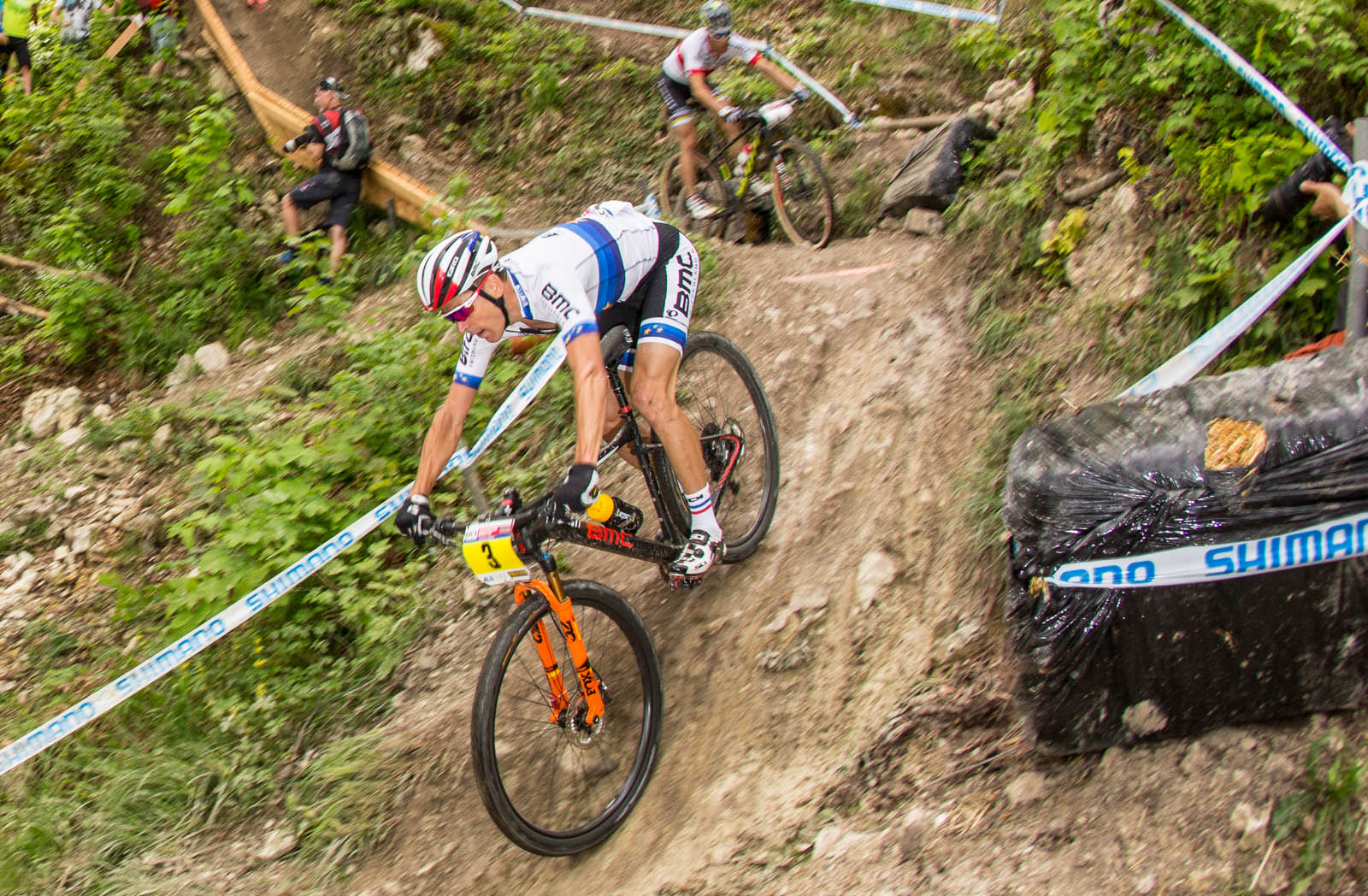 Absalon leading in front of Schurter. Notice the lowered seat. Pic by Michele Mondini.