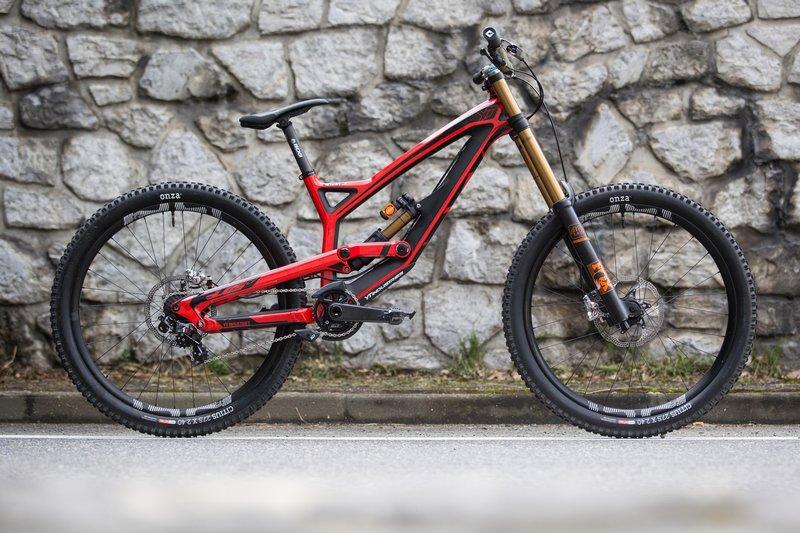 aaron-gwin-chequea-la-bicicleta